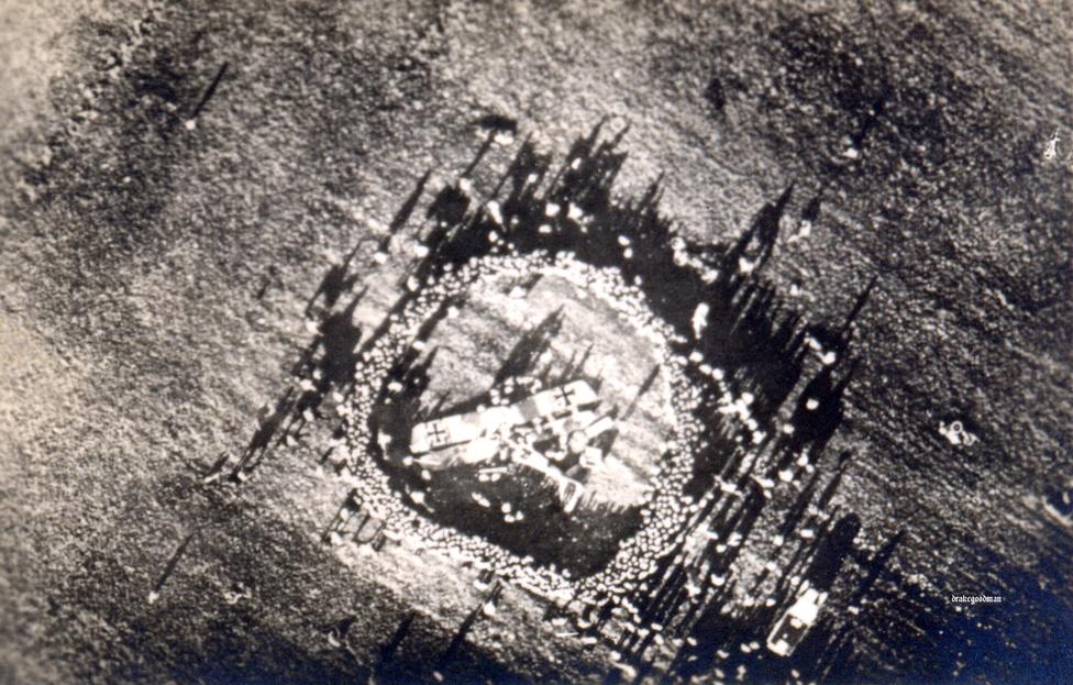 Ritkaságszámba menő fotó egy lelőtt német repülőről, és a körülötte összegyűlő, a magasból kráternek látszó tömegről. Az első világháborúban az adatok szerint több pilóta halt meg kiképzés és gyakorlatozás közben vagy balesetben, mint légi harcban. Ugyanakkor szép lassan kialakultak a légi harc alapjai is. A britek repültek először hármas csoportokban, a németek viszont kifejezetten az ellenséges gépek lelövésére kialakított vadászkötelékekben szálltak fel.