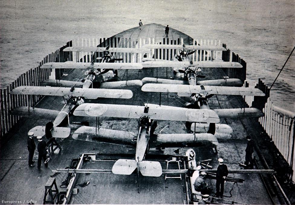 A tonderni zeppelin-bázis lebombázására készülő repülők a HMS Furious fedélzetén 1915-ben. A Furious volt az első repülőgép-hordozók egyike, a brit admiralitás egy, amúgy csatahajónak szánt hajót építtetett át úgy, hogy repülők tudjanak fel- és leszállni a fedélzetről. A Furious még a második világháborúban is szolgált, 1948-ban adták el ócskavasnak.