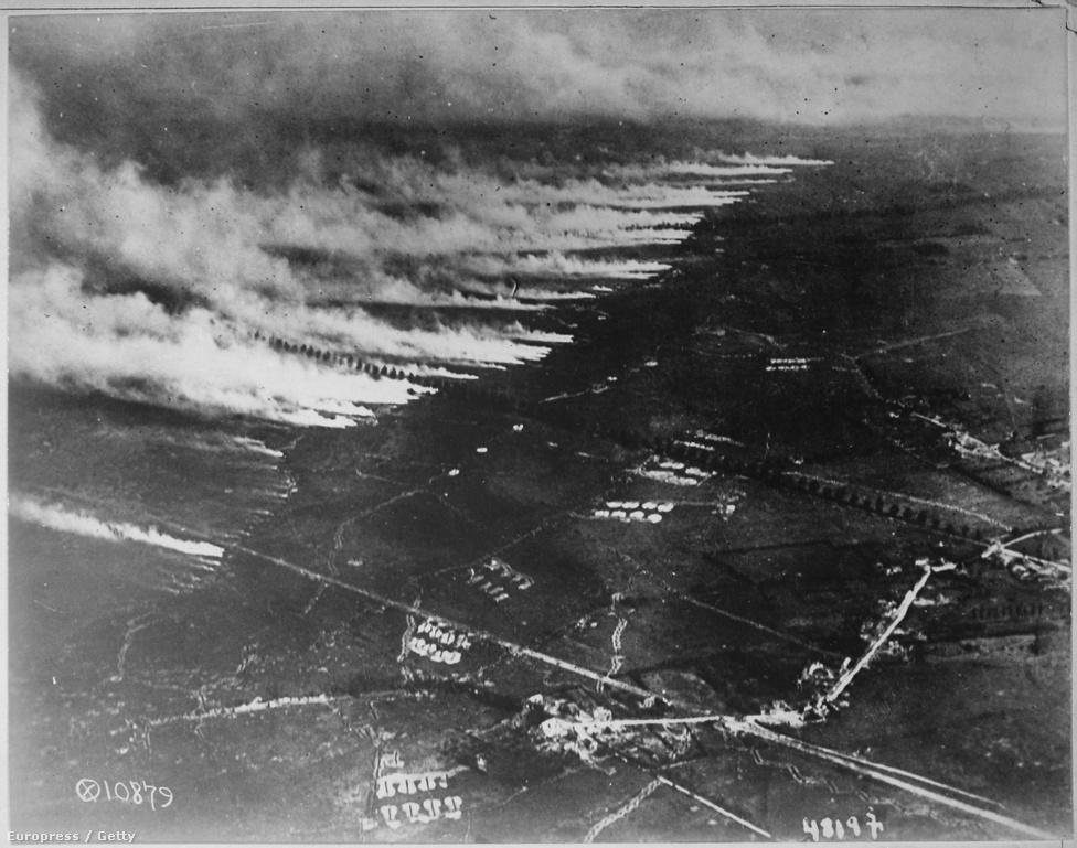 Így nézett ki a levegőből a franciák lángszórós támadása 1918-ban. A háború alatt természetesen a repülés mellett a fotózás is rohamléptekben fejlődött. A háború elején még kézzel papírra vetett jegyzeteket használtak a pilóták, de a fényképezés hamar teret nyert, hiszen bár a kezdetleges gépek nehezek és bonyolultak, a képek pedig szemcsések voltak, a jó előhívási technikával olyan részleteket tudtak meg az ellenségről, amit még a legjobb szemű megfigyelő sem látott vagy jegyzett volna meg. A háború végére a németek már olyan lencséket használtak, amik 5000 méteres magasságból megmutatták a sárban hagyott lábnyomokat.