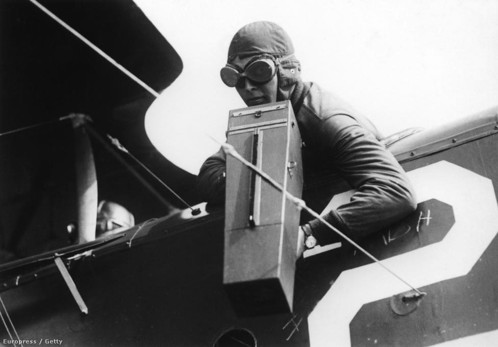 Speciális, pisztolymarkolattal ellátott fényképezőgépet használ egy felderítő gép másodpilótája valamikor az első világháború utolsó éveiben. A felderítők többször komolyan befolyásolták egy-egy csata kimenetelét, a földről amúgy láthatatlan csapatmozgásokat felfedezve komoly támadásokat akaszthattak meg. 1916-ra annyira elfogadott gyakorlat volt a fegyvertelen felderítő gépek lelövése, hogy minden hadsereg elkezdett kifejezetten az ilyen gépek védelmére használt vadászokat reptetni a felderítők mellett.
