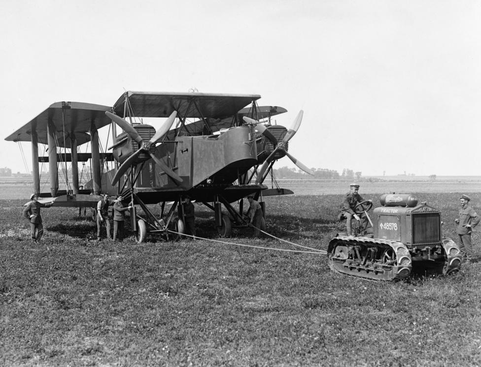 A Királyi Tengerészeti Légiszolgálat Handley Page O/400-as bombázója. A kor legnagyobb brit gépe volt, a neve annyira egybeforrt a nagy repülőgép jelentéssel, hogy sokáig minden új, nagy gépet csak Handley Page-nek hívtak angolul, és még a háború után megjelent szótárakban is szerepelt ez a köznevesedett alak. Az eredeti O/400-as 750 kilónyi bombaterhet vihetett magával, és a legénység ezt már modern, a szélsebességet is mérő célzószerkezettel dobhatta le (amivel mondjuk még mindig csak szembe- vagy hátszélben lehetett hatékonyan bombázni).