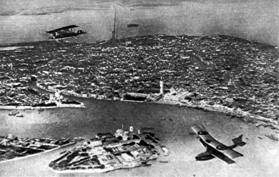 Sokan nem is gondolnák, de Velence, amellett, hogy természetesen fontos tengerészeti bázis volt az első világháborúban, folyamatos bombázásoktól szenvedett. A monarchia pulai bázisáról összesen 42 bombázást indítottak az osztrák-magyar gépek, többször komoly kárt téve a város műemlékeiben.