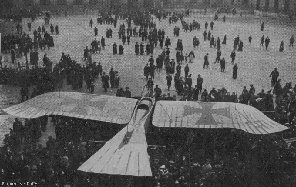 Párizsiak nézik meg közelebbről a madárszerű német repülőt, a Taubét. Az 1915-ben készült kép jól mutatja, milyen kezdetleges állapotban is volt úgy általában a repülés: már egy éve használták a gépeket háborús célokra, de még mindig nem sikerült elszakadni attól az alapvető élménytől, hogy a madarak repülnek, de az ember nem.