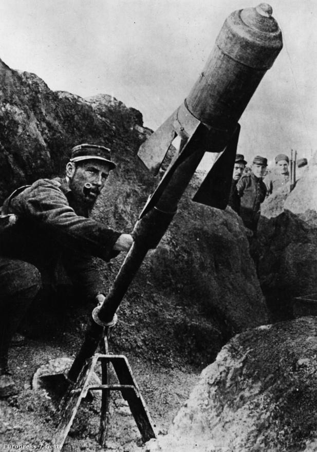 Légi torpedót indít egy francia katona valamikor 1914 végén. Az első világháborúban kevés technikai eszköz fejlődött annyit, mint a repülőgépek, illetve a légvédelem. A kezdetleges, fából és vászonból összetákolt gépek ellen füstöt és srapneleket eregető gránátokkal vették fel a harcot odalentről, pedig eleinte a repülők még csak felderítőként vettek részt a harcokban.