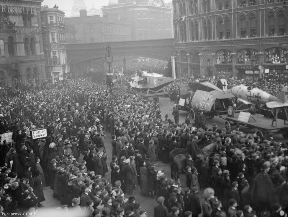 Zsákmányolt német repülőket vonultatnak fel Londonban a Lord Mayor's Show-n, 1918. november 9-én. A háború után a repülés a civil életben is fontos szerepet töltött be, a folyamatos fejlődést a repülőversenyek és a távrepülés terén elért eredmények biztosították. A harmincas években az addig jellemzően fából és vászonból készített gépeket felváltották a fémből készült gépek, a második világháborúban már szinte kizárólag ilyen gépek estek egymásnak.