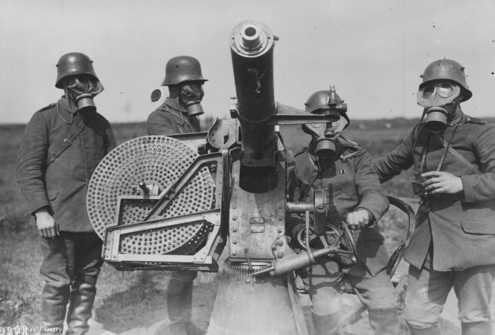 Német katonák állnak egy gyorstüzelő légvédelmi géppuska mögött, valamiért gázálarcban. Ezt a fegyvertípust jellemzően az alacsonyan szálló gépek ellen vetették be, főleg a megfigyelő ballonok környékén, amikre mindkét fél pilótái előszeretettel vadásztak. A légvédelem nehéz kenyér volt, egyrészt a repülők folyamatos fejlődése miatt, másrészt mert a célzás eddig nem használt módjával kellett lőni, jóval az amúgy is villámgyorsan repülő gépek elé. A légvédelmi ütegek ráadásul csak a háború végén lettek elég mozgékonyak ahhoz, hogy hatékonyan használhassák őket, addig jellemzően csak ott nem voltak, ahol leginkább szükség volt rájuk.