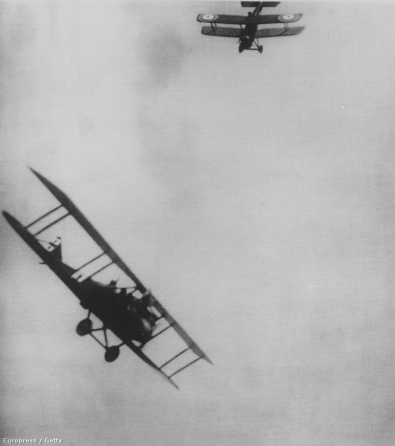 De nem is akárhogy: eleinte köveket és gránátokat hajigáltak egymásra, aztán a pilóták már pisztolyt is vittek magukkal, és azzal próbálták elintézni egymást. Ezen a képen is két olyan repülő látszik, amikből revolverrel tüzelnek egymásra a pilóták. Az első, légi harcban elintézett gép a monarchiáé volt, egy orosz pilóta ütközött össze vele szándékosan 1914. szeptember 8-án. Az ütközésben mindkét gép és azok személyzete elpusztult. Pjotr Nyikolajevics Nyesztyerov nemcsak erről volt híres, őt tartják a műrepülés kitalálójának is.