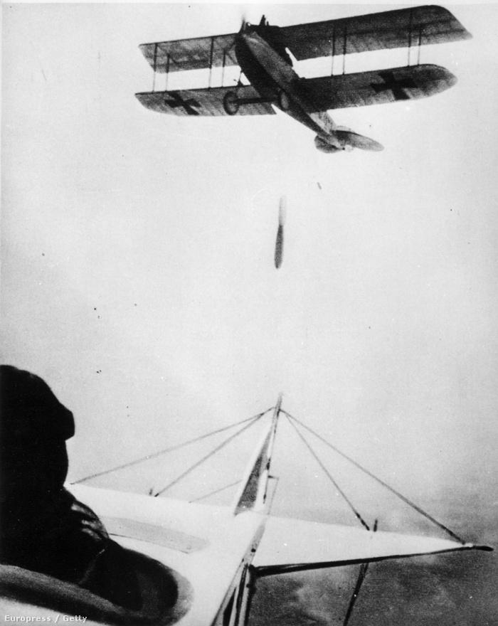 Német kétfedelű gép dob bombát, a képet az előtte haladó gép pilótája készítette. Bár a háború végére minden nagyobb hadseregben szétváltan fejlődtek tovább a vadászgépek és a bombázók, a bombázás maga elég esetlegesen ment még 1918-ban is. A pilóták eleve csak igen kevés bombaterhet vihettek magukkal, a bombavetést segítő optikai műszerek híján pedig már az is csoda volt, ha a célpont közelébe sikerült lehajítani a robbanóeszközt.