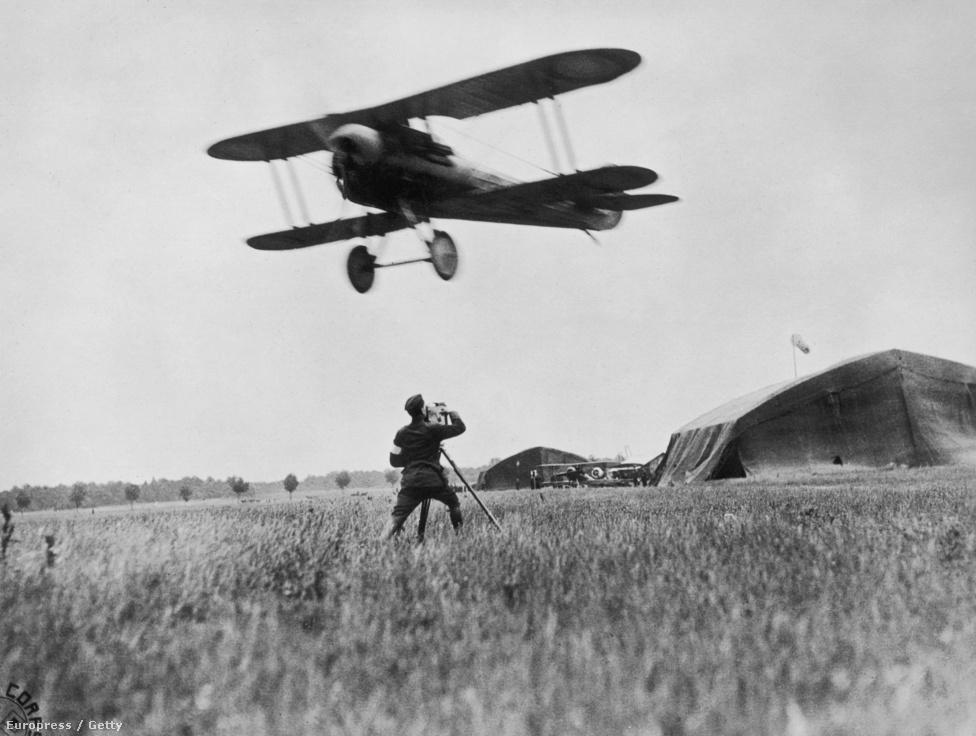 Egy amerikai operatőr rögzíti, ahogy 1918-ban felszáll egy Nieuport 28-as repülő a nyári hadjárat idején. Érdekesség, hogy bár a hadseregek úgy általában nem voltak jól felszerelve repülőkkel a háború elején, az USA még 1917-ben, a háborúba lépéskor is főleg brit és francia gépekkel repült, például olyanokkatl, mint a képen is látható francia gép. A két háború között persze aztán ledolgozták a hátrányukat.