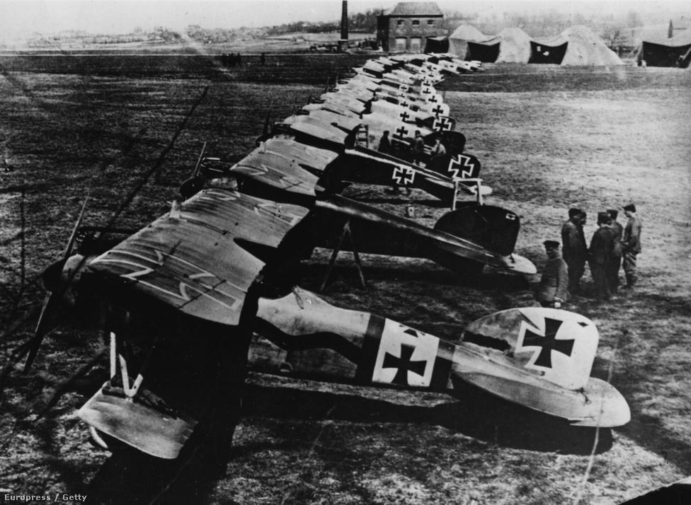 A Repülő Cirkusz, a német birodalmi hadsereg híres vadászalakulatának egy szakasza. A képen alulról számolva a második gép elméletileg a Vörös Báró Albatrosa. A Repülő Cirkusz egyrészt a vörösre színezett gépekről kapta a nevét (eleinte csak Richthofen festette ilyenre a gépet, aztán az egész alakulat), másrészt pedig arról, hogy az alakulat gyorsan mozgó, mobil haderő lett, szinte bárhol felállítható saját sátortáborral.