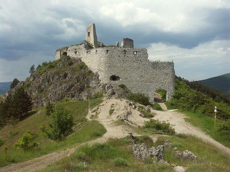 A csejtei vár romjai a mai Szlovákiában