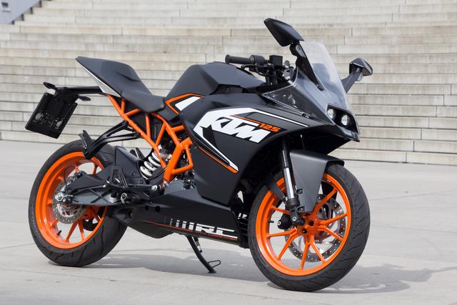 A szín és a forma együtt erősíti a KTM arculatát .