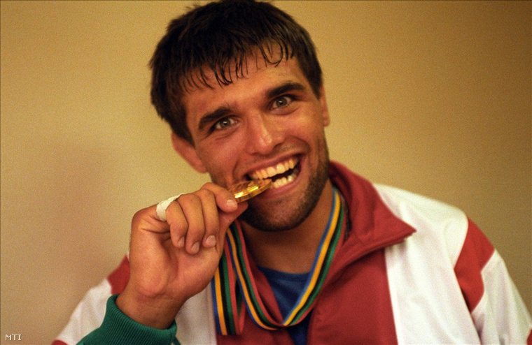Farkas Péter, a kötöttfogású birkózás 82 kg-os súlycsoportjának olimpiai bajnoka ráharap aranyérmére a sajtóközpontban, a Barcelonában rendezett XXV. Nyári Olimpiai Játékokon.