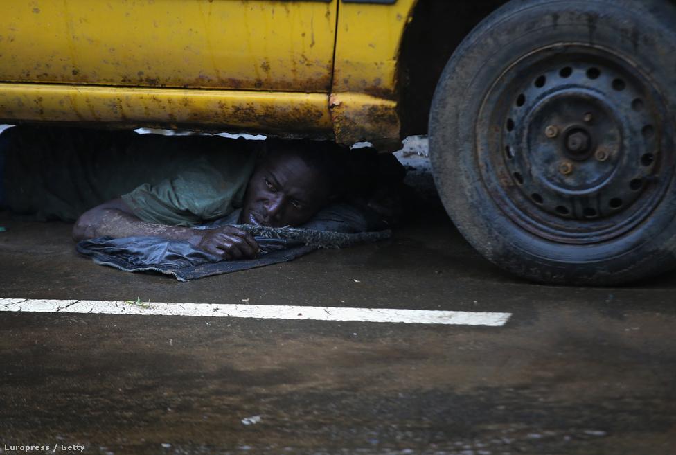 Ebolagyanús férfit parancsoltak egy autó alá a katonák, mert megpróbált megszökni a karanténból.