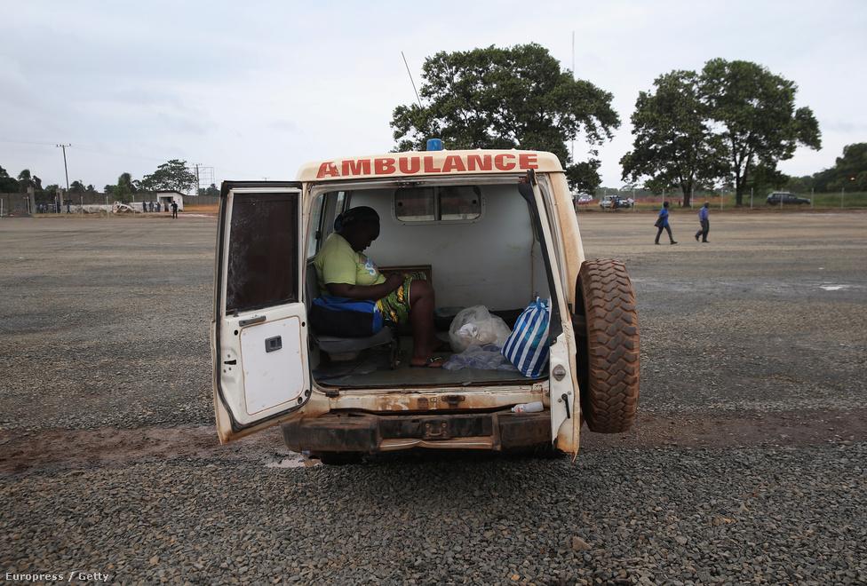 Végállomás: Monrovia. Női holttest egy monroviai mentőautóban. Útközben az Orvosok Határok Nélkül gondozója felé halt meg.