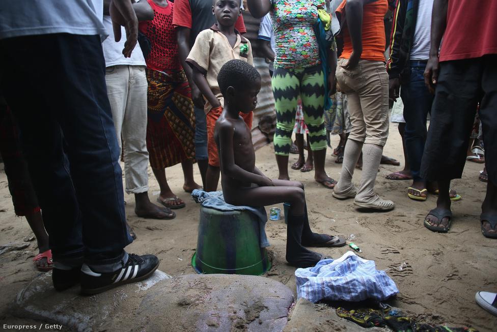A tízéves Saah Exco azon gyerekek egyike, akiket megszöktettek a karanténból. Később egy másik kórházba be sem fogadták, mert féltek a fertőzésveszélytől. Saah anyja és hatéves öccse is az ebolába halt bele.