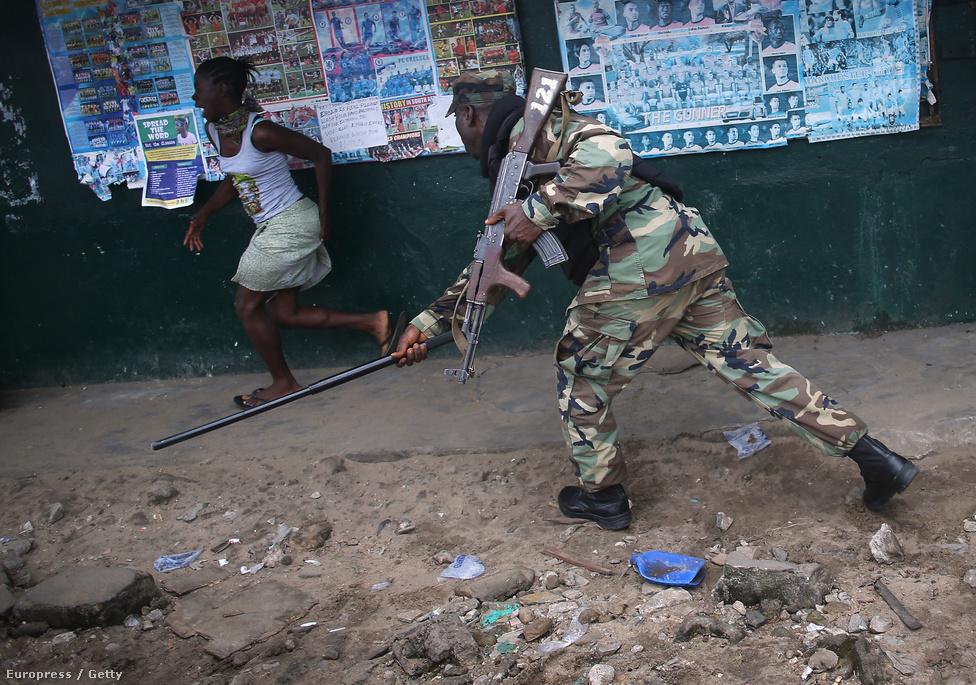 Gumibottal kergeti el az Ebola Különítmény egyik tagja a karanténnel kapcsolatos rendelkezéseket megszegő nőt. Szakértők szerint a járvány Nyugat-Afrika országaiban a viszonylagos politikai stabilitást is veszélyezteti, a közhangulat sok helyen pattanásig feszült. Szombaton Guinea lezárta Sierra Leonéval és Libériával közös határait. Félő, hogy az ebola visszaszorítására koncentráló orvosoknak nincs ideje a többi olyan trópusi betegséggel foglalkozni, mint a malária vagy a vérhas, és aki nem fertőződik meg ebolával, most a többi betegség miatt is jobban aggódhat.