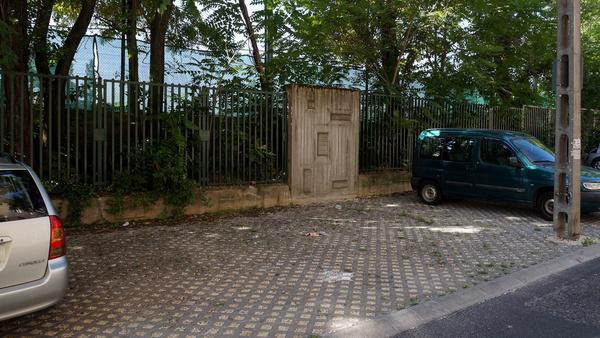 Két kis tábla kellene mindkét helyre a jól ismert kerekesszékes piktogrammal a kerítésre és minden megoldódna