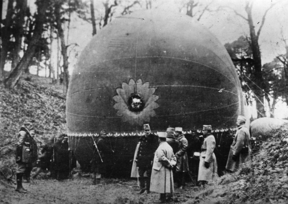 Megfigyelőballon a frontvonalak mögött, 1916 júliusában. A ballonokat már korábbi háborúkban is használták, de az első világháború fegyvereinek megnövekedett hatékonysága miatt az ilyet használó legénység komoly veszélynek volt kitéve. Nem is feltétlenül a zuhanás miatt: a töltőgázként használt hidrogén berobbanásához még az ellenség lövedékeire sem volt mindig szükség, elég volt egyetlen szikra az egymáshoz dörzsölődő anyagokból.