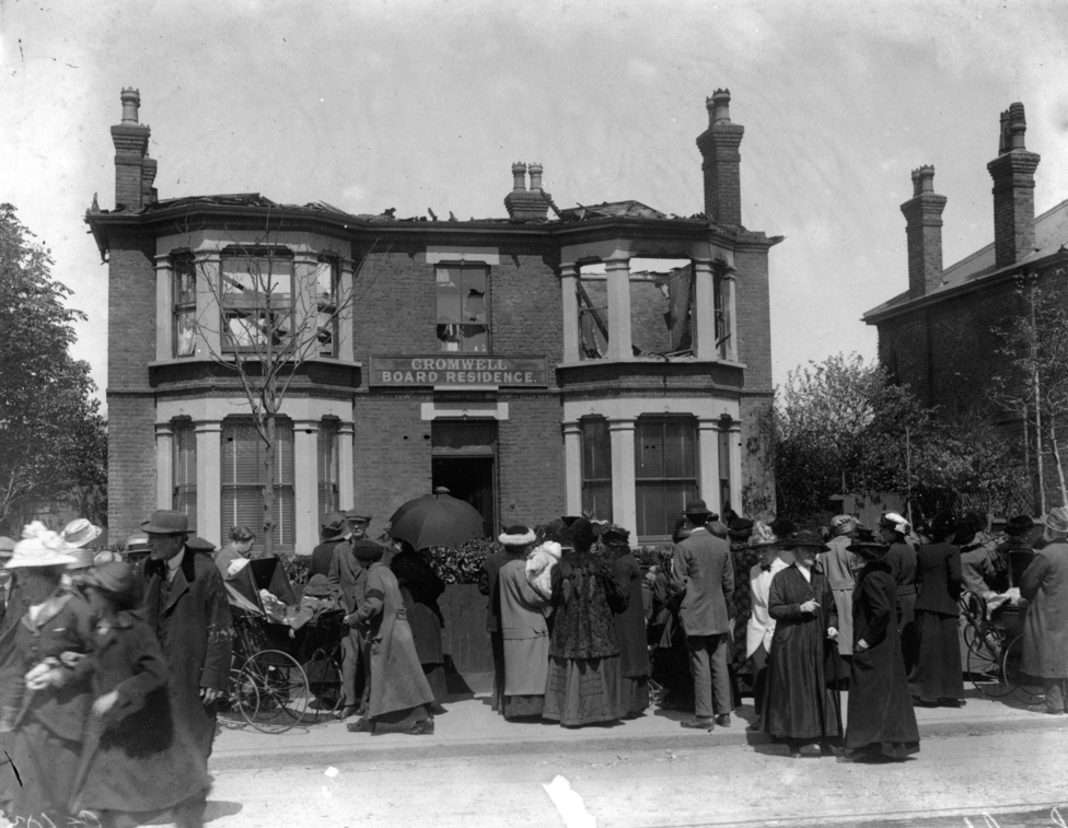 Ettől függetlenül a felek hátországa már az első napoktól kezdve célponttá vált, egyszerűen azért, mert a repülők ha hatékonyan bombázni nem is tudtak, azért elég nagy gyakorisággal jutottak el távoli célpontok fölé is. Az antant már 1914 októberében is bombázta a német léghajóbázisokat, a németek pedig már 1914 decemberében bombázókötelékeket küldtek át a La Manche-csatornán. A képen a Londontól északra található Southend egy háza látható, ami 1916-ban kapott bombatalálatot.