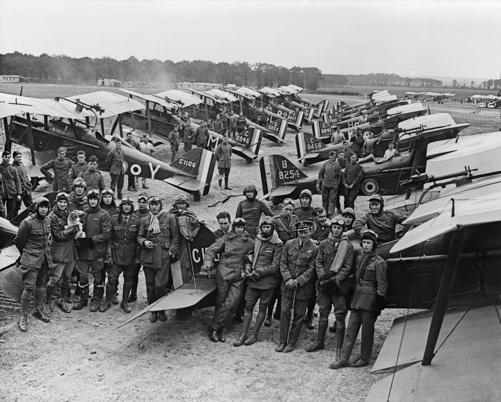 A Királyi Légierő 1. repülőszázadának tisztjei és pilótái az Ypres közelében lévő Clairmarais repülőtéren, 1918. július 3-án. A képen két, a britekkel harcoló amerikai pilóta is látható a két szélen: az egyik Knight, a másik Kullberg hadnagy. Kullberget eredetileg eltanácsolta az amerikai légierő, mert túl alacsonynak tartották pilótának, így a kanadai hadseregbe állt be, ott is képezték ki, onnan került 1918 májusában a Franciaországban harcoló britekhez. Hamar ász lett, júliusban már egyedül szállt szembe hét német Fokkerrel, egyet le is lőtt közülük. Az amerikait egyszer le is tartóztatták, mert kiderült, hogy a bevetésekre rendszeresen saját fényképezőgépet visz, de aztán a jó eredményei miatt nem lett semmi az ügyből. 1916. szeptemberében súlyos sebet kap, de még visszaviszi a gépet saját terület fölé, és csak ott zuhan le. Fél évig fekszik kórházban, 1919-ben kitüntetéssel szerel le. 18 gépet és egy ballont lőtt le a háborúban.