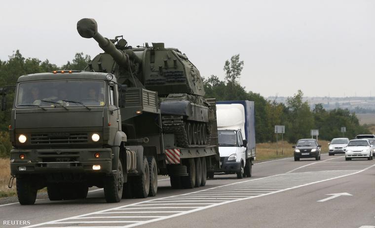 Msta-S Howitzer üteget szállító orosz katonai teherautó a kelet-ukrán határhoz közel
