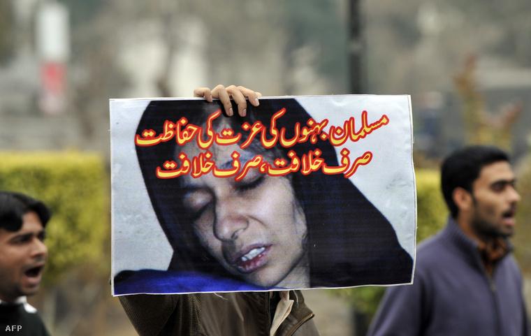 TáblaÁfija Sziddiki arcával egy 2011-es pakisztáni tüntetésen.