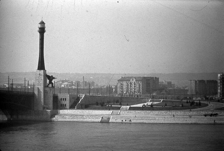 A gigantikus Haditengerészeti emlékmű a fiumei világítótorony másával a mai Petőfi híd oldalában