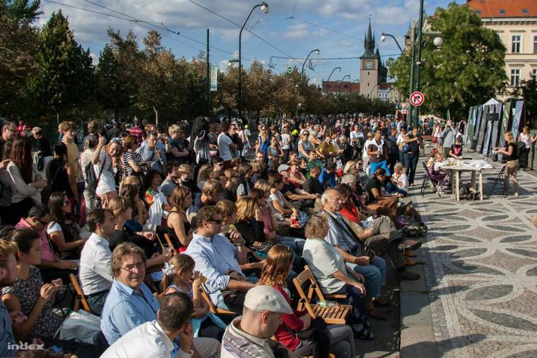 Előadás a lezárt Smetana felső-rakparton