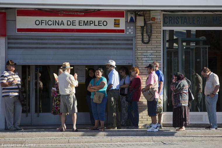 Sorbanállók egy madridi munkaügyi hivatal előtt