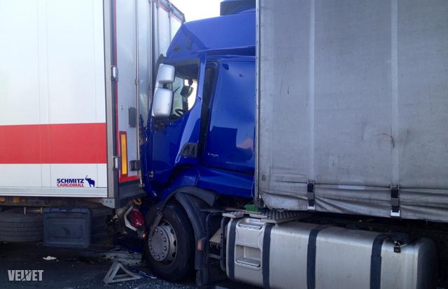 Egyelőre rejtély, mi történt, vélhetően a magyar kamion nagy sebességgel hagyta el az autóutat.