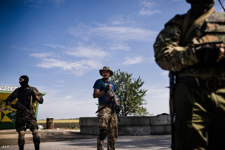 Ukrán katonák egy ellenőrző pontnál Dnyipropetrovszk város közelében, 2014. augusztus 25-én.