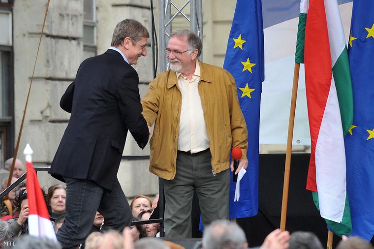 Gyurcsány és Vágó István a Magyar Demokratikus Charta Összefogás a köztársaságért - utasítsuk el az Orbán-alkotmányt elnevezésű tüntetésén,2011. április 16-án.