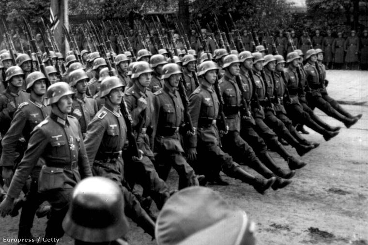 Német katonák vonulnak Varsóban, 1939 szeptemberében.