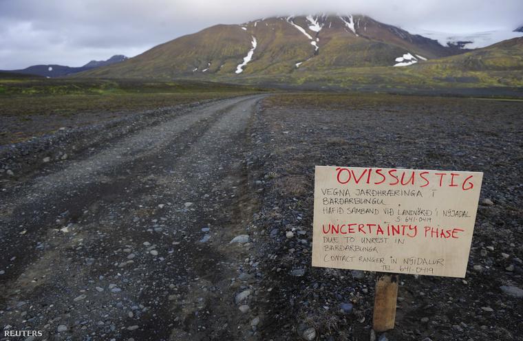 A kitörésre figyelmeztető tábla a Bardarbunga vulkánhoz vezető úton