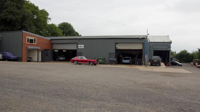 Egy modernkori ipartelep a faluszélen, csak itt épp megmentik a brit kézműves autógyártás egy szilánkját