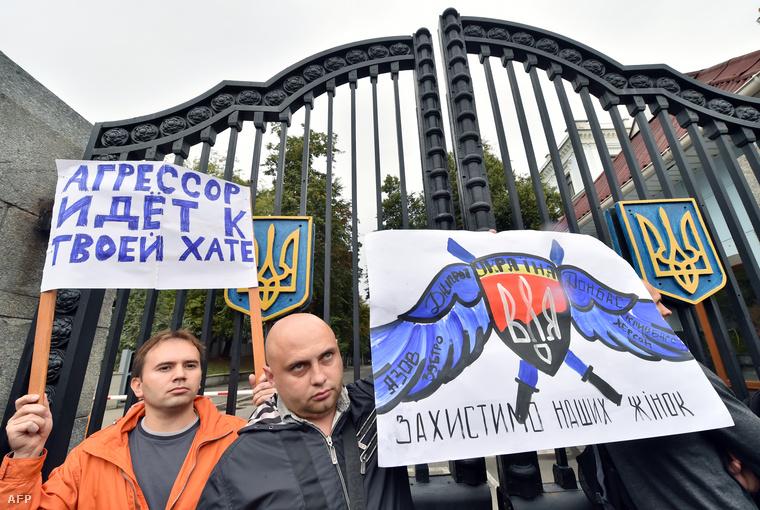 """Tüntetők """"Védjétek meg az asszonyainkat"""" feliratú táblákkal az ukrán védelmi minisztérium épülete előtt Kijevben, 2014. augusztus 28-én."""