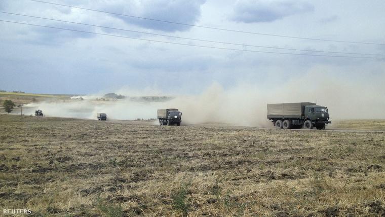 A Reuters riportere orosz harckocsikat és csapatszállítókat látott tegnap egy mezőn, a konvoj az ukrán határ felé tartott.