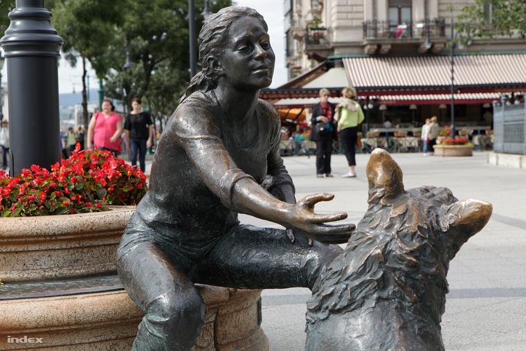 Kutyás lány szobra