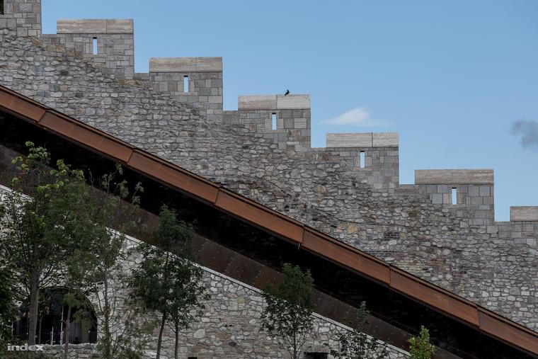 A déli kortinafal a Neoreneszánsz kert felől nézve. Előtte a corten acéllal fedett vízhordó folyosó