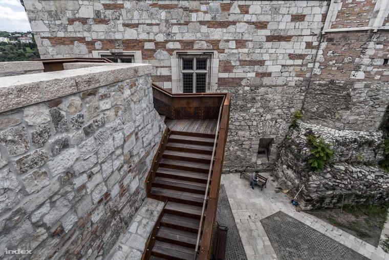 Corten acél lépcső tekeredik fel a Királyi Palota előtt a gyilokjáróhoz