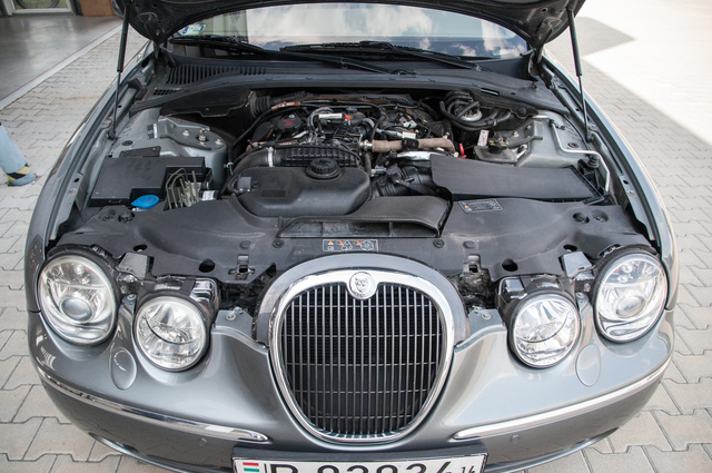 Csendes, erős, finom és megbízhatónak mondott a 2.7 literes, biturbó V6-os.