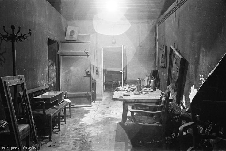 Hitler parancsnoki szobája a föld alatti bunkerben. A 18 teremből álló bunkert az SS részben felégette, hogy megsemmítsék a fontos iratokat, miután Hitler öngyilkos lett.