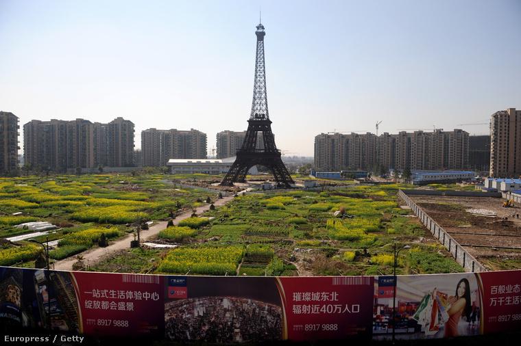 Egy Eiffel-torony replika Kínában