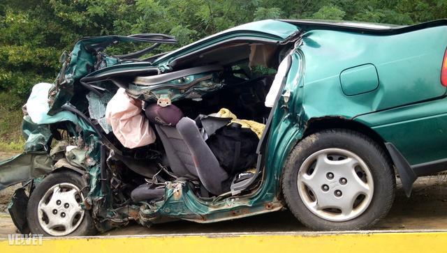 Az ötajtós Honda utastere a felismerhetetlenségig összeroncsolódott az ütközés során. Az elöl ülőknek esélyük sem volt a túlélésre