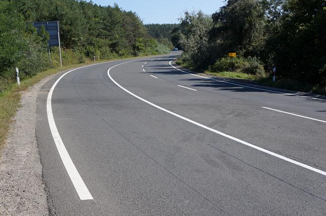 Egy héttel a szörnyű baleset után már csak a keréknyomok és az autók folyadékainak foltjai emlékeztetnek a 2-es úton történtekre