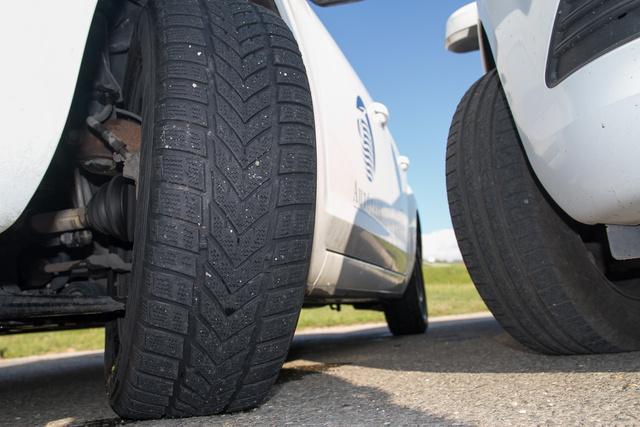 A téli gumi egy, az Audin lévőhöz hasonló Vredestein Snowtrac, csak ez 2, az meg 3 típusú. A távolabb lévő gumiabroncs pedig Hankook Kingergy Eco