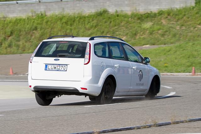 Jól látható, ahogy az ívkülső oldal kerekei átveszik az autó jelentette terhelés zömét, miközben a belső íven lévők fokozatosan tehermentessé válnak a súlypont-áthelyeződéstől