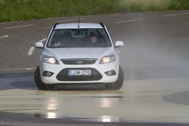 20 kilométer per órás tempó fölött nincs stabilitás a hátul egy nyári és egy téli gumival köröző Fordon