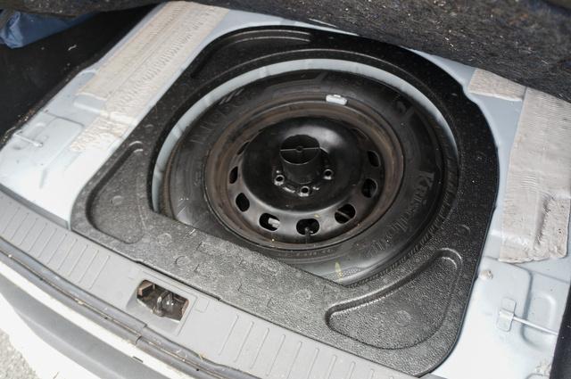 Kléber Krisalp HP2 az egyik Focus pótkerekén, vagyis az éppen használt kerekeken lévőtől eltérő típusú téli abroncs. Vajon a rendőrök is így használták a Fordot?
